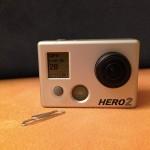 Kamera GoPro Hero 2 neben Büroklammer